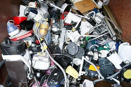 Ausrangierte Haushaltsgeräte und andere Elektrogeräte liegen in einem Sammelbehälter für Elektroschrott. Foto: Christian Charisius/dpa