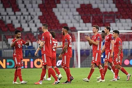 Die Spieler von Bayern München feiern nach Spielende den Sieg. Foto: Sven Hoppe/dpa