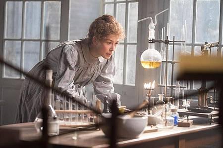 Rosamund Pike spielt die Naturwissenschaftlerin Marie Curie. Foto: -/StudioCanal/dpa
