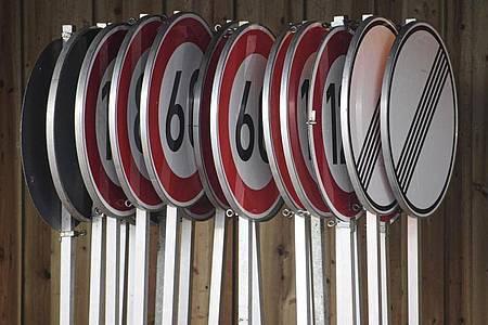 Geschwindigkeitsbegrenzungen und Aufhebungsschilder im Lager einer Autobahnmeisterei. Foto: Robert Michael/dpa-Zentralbild/dpa