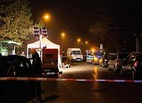 Polizeibeamte inspizieren einen abgesperrten Tatort in der Nähe einer Haltestelle in Augsburg. Foto: -/Vifogra/dpa