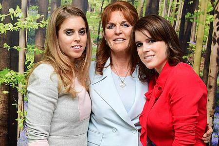 Sarah Ferguson mit ihren Töchtern Eugenie (r) und Beatrice. Foto: Ian West/PA Wire/dpa