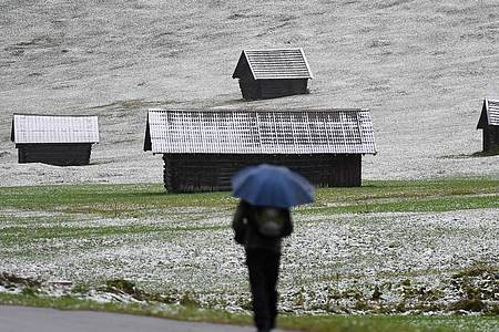 Nach einem Temperatursturz ist in einem Tal im oberbayerischen Landkreis Garmisch-Partenkirchen der erste Schnee gefallen. Foto: Angelika Warmuth/dpa