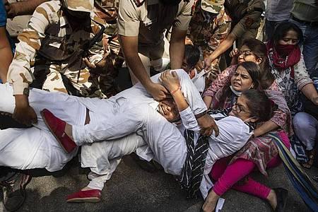 Aus Protest gegen zwei Gruppenvergewaltigungen mit tödlichem Ausgang gehen Menschen in Indien auf die Straße - es kommt zu Festnahmen. Foto: Altaf Qadri/AP/dpa