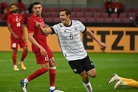 Debütant Florian Neuhaus (M.) traf gleich in seinem ersten Länderspiel und erhöhte wieder auf 2:1. Foto: Federico Gambarini/dpa