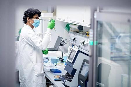 Ein Mitarbeiter des Biotechnologie-Unternehmens Biontech arbeitet in einem Labor in Mainz. Foto: Biontech/dpa