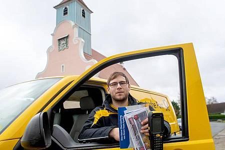 Zustellrunde mit vielen Zwischenstopps: Alexander Seiffert ist Fachkraft für Kurier-, Express- und Postdienstleistungen in Cottbus. Foto: Klaus-Dietmar Gabbert/dpa-tmn