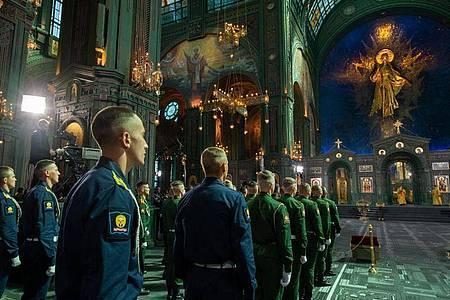 Mitglieder des Militärs nehmen an einer Zeremonie zur Einweihung der «Kirche des Sieges» teil. Foto: Andrey Rusov/Russisches Verteidigungsministerium/dpa