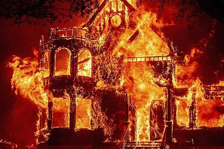 Das Hotel Garni «Glass Mountain Inn» steht im Napa Valley komplett in Flammen. Foto: Noah Berger/FR34727 AP/dpa