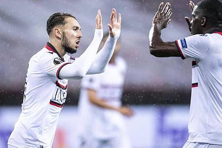 Amine Gouiri (l) brachte Nizza vor dem Seitenwechsel wieder ran. Foto: Marius Becker/dpa