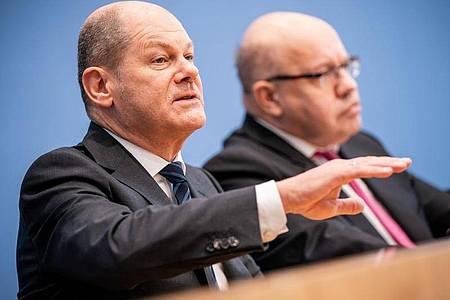 Finanzminister Olaf Scholz (L) neben Wirtschaftsminister Peter Altmaier. Foto: Michael Kappeler/dpa/Archiv