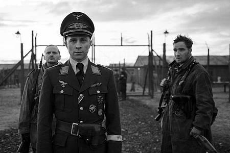Der angebliche Hauptmann Willi Herold (Max Hubacher, M) und die Soldaten Freytag (Milan Peschel, l) und Kipinski (Frederick Lau). Foto: Julia M. Müller/ZDF/dpa