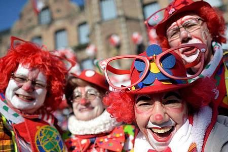 Clowns in Düsseldorf beim Rosenmontagszug im Jahr 2015. Foto: Federico Gambarini/dpa/Archiv