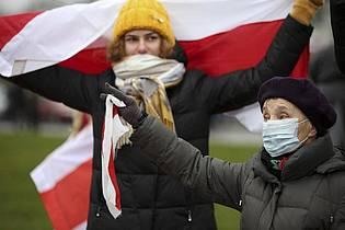 Tausende Menschen haben trotz Polizeigewalt zum 15. Mal in Serie in Belarus bei einer Sonntagsdemonstration gegen Lukaschenko friedlich protestiert. Foto: -/AP/dpa