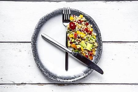 Nur in bestimmten Zeiträumen zu essen, ist die gängigste Form des Intervallfastens. Foto: Sandra Roesch/Westend61/dpa-tmn