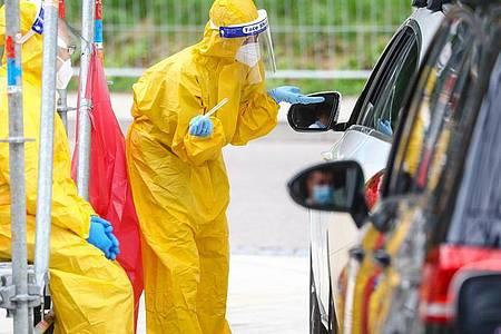 Reiserückkehrer werden in einer auf das Corona-Virus getestet. Foto: Christoph Schmidt/dpa
