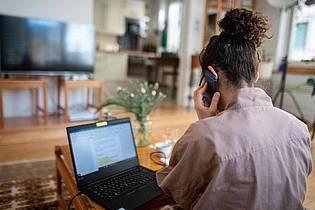 Wer länger im Homeoffice ist, sollte verschiedene Kanäle nutzen, um mit den Kollegen und Vorgesetzten im Austausch zu bleiben. Foto: Sebastian Gollnow/dpa/dpa-tmn