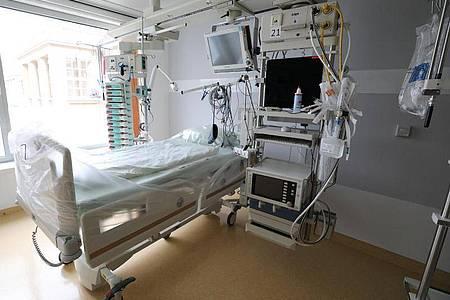 Mit 28.000 Betten für Intensivpatienten verfügt Deutschland über eine vergleichsweise hohe Bettendichte. Allerdings fehlt es in vielen Krankenhäusern an Personal. Foto: Bernd Wüstneck/dpa-Zentralbild/dpa