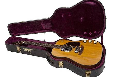 Eine Gitarre des früheren Nirvana-Frontmanns Kurt Cobain in ihrem Koffer. Das Instrument soll in Kalifornien versteigert werden. Foto: -/Julien`s Auctions/dpa