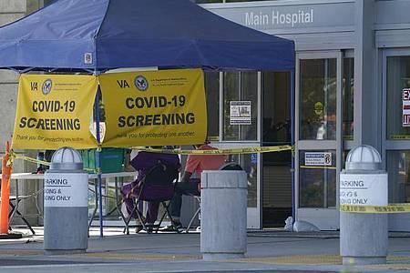 Ein Testzentrum vor einem Krankenhaus im kalifornischen Long Beach. Foto: Ashley Landis/AP/dpa