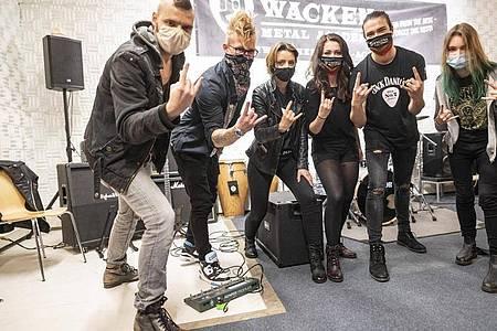 Gleich ein Fototermin: Schüler des ersten Jahrgangs der Wacken Metal Academy stehen im Bunker an der Hamburger Feldstraße. Foto: Axel Heimken/dpa