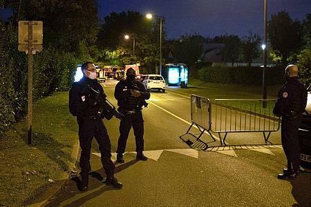 Polizisten ermitteln an einem Tatort nach einer brutalen Messerattacke in Paris. Foto: Abdulmonam Eassa/AFP/dpa