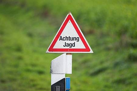 Ein Straßenschild mit der Aufschrift «Achtung Jagd». In der niedersächsischen Gemeinde Marklohe wurde ein Jäger bei der Jagd von einem Schuss getroffen und dadurch getötet. Foto: Friso Gentsch/dpa