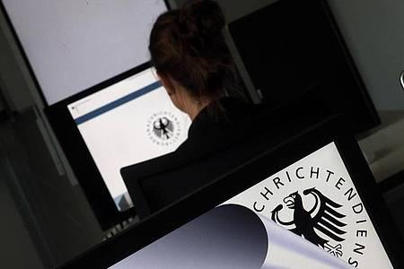 Eine Geheimdienst-Mitarbeiterin sitzt in der Zentrale des Bundesnachrichtendienstes (BND) in einem Schulungsraum. Foto: Wolfgang Kumm/dpa/Symbolbild