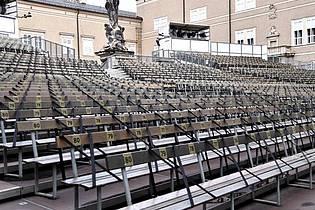 Um Abstand zu gewähren, ist jeder zweite Sitzplatz der Zuschauerränge vor der Bühne des «Jedermann» mit Gurten gesperrt. Foto: Barbara Gindl/APA/dpa