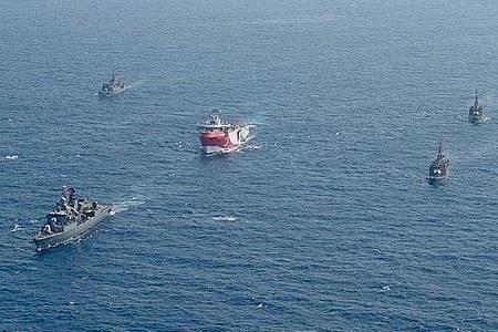 Das zur Suche nach Erdgas eingesetzte türkische Forschungsschiff «Oruc Reis» (M) fährt Anfang August in Begleitung türkischer Kriegsschiffe über das Mittelmeer. Der Streit zwischen der Türkei und Griechenland eskaliert weiter. Foto: -/IHA/AP/dpa