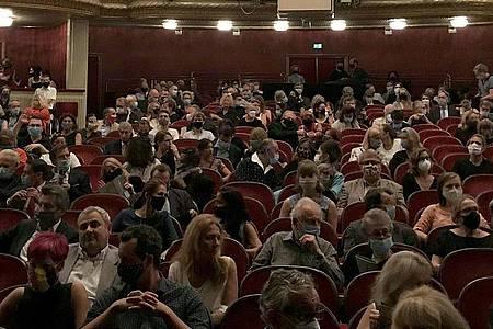 Publikum war zur Premiere des Stücks «Ein Leben ein Traum» im Burgtheater in Wien zugelassen. Foto: Wolfgang Huber-Lang/APA/dpa