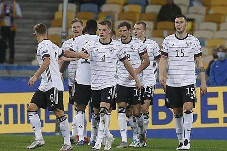 Leon Goretzka (3.v.r) feiert mit den DFB-Teamkameraden sein Tor zum 0:2. Foto: Efrem Lukatsky/AP/dpa