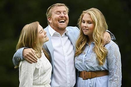 König Willem-Alexander der Niederlande (M), mit seinen Töchtern Prinzessin Ariane (l) und Kronprinzessin Catharina-Amalia im Sommer 2020 in Den Haag. Foto: Piroschka Van De Wouw/Reuters-Pool/AP/dpa