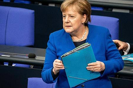 Bundeskanzlerin Merkel sprach bei einer Befragung durch Abgeordnete im Bundestag von einer «hybriden Kriegsführung» Russlands. Foto: Michael Kappeler/dpa