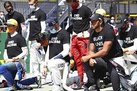 14 Formel-1-Piloten um Weltmeister Lewis Hamilton knieten vor dem WM-Auftakt. Foto: Dan Istitene/pool Getty/AP/dpa