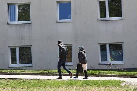 Asylbewerber auf dem Gelände der Erstaufnahmeeinrichtung des Landes Thüringen. Foto: Bodo Schackow/dpa/Archiv