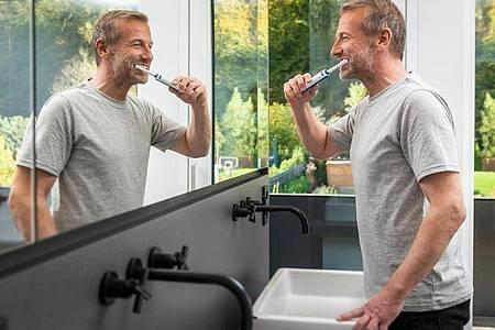 Mindestens zwei Mal täglich zwei Minuten. Aber geht es mit smarten Zahnbürsten besser?. Foto: Dirk Kropp/proDente e.V./Kierzkowski/dpa-tmn