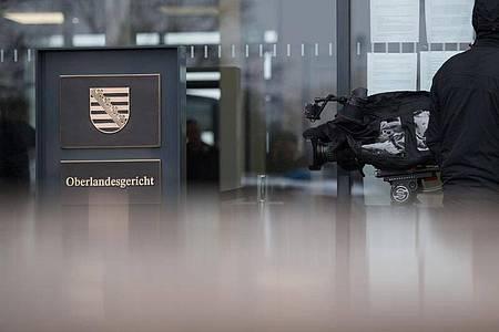 Ein Kameramann steht am Gerichtsgebäude des Oberlandesgerichts (OLG) in Dresden. Foto: Arno Burgi/zb/dpa/Archivbild