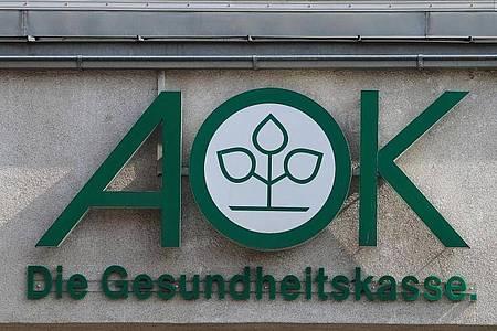 Das Logo der Krankenkasse AOK. Foto: Jens Wolf/dpa-Zentralbild/dpa