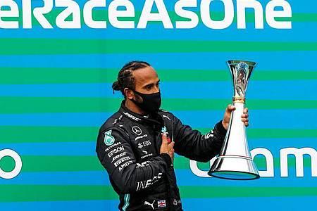 Lewis Hamilton hat mit einem Sieg im dritten Formel-1-Saisonrennen die WM-Führung übernommen. Foto: Leonhard Foeger/Pool Reuters/AP/dpa
