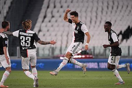 Cristiano Ronaldo (2.v.r) trifft gegen Genua zum 1:0. Foto: Federico Tardito/XinHua/dpa
