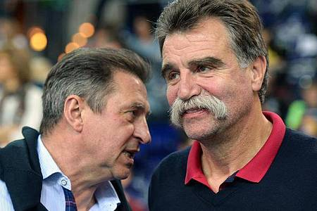 Olympiasieger Wieland Schmidt (l) und Weltmeister Heiner Brand. Foto: Hendrik Schmidt/dpa-Zentralbild/dpa