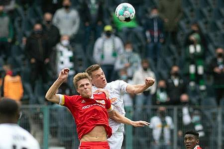 Mönchengladbachs Matthias Ginter (r) und Unions Marius Bülter im Kopfballduell. Foto: Bernd Thissen/dpa