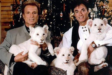 Die deutschen Magier Siegfried (l) und Roy im Dezember 1999 in Las Vegas. Foto: Fotoreport Shandwick/dpa