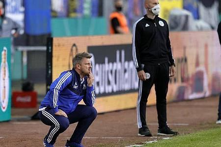 Saarbrückens Cheftrainer Lukas Kwasniok (l) und Bayer-Coach Peter Bosz (r). Foto: Ronald Wittek/epa Pool /dpa