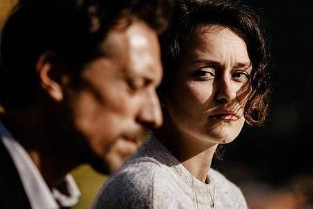 Rebecca (Tinka Fürst) hat sich von Henry (Michael Pink) in die Berge bringen lassen, weil sie einen Wunderheiler aufsuchen will. Foto: Un attimo Photographie/SWR/ARD/dpa