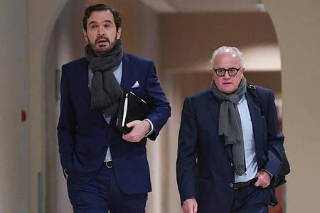 DFB-Präsident Fritz Keller (r) und DFB-Generalsekretär Friedrich Curtius auf dem Weg in die DFL-Mitgliederversammlung. Foto: Arne Dedert/dpa/POOL/dpa