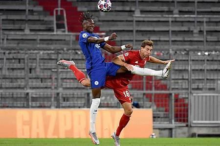 Chelseas Tammy Abraham und Münchens Leon Goretzka (r) kämpfen in der Luft um den Ball. Foto: Sven Hoppe/dpa