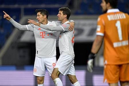 Bayerns Robert Lewandowski (l) und Thomas Müller bejubeln Müller`s Tor zur Führung. Foto: Martin Meissner/AP-Pool/dpa