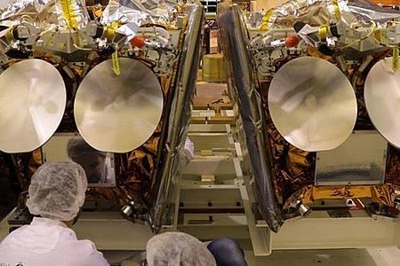 Zwei OneWeb-Satelliten, die auf der Plattform eines Fracht-Containers montiert sind. Foto: Airbus One Web/dpa